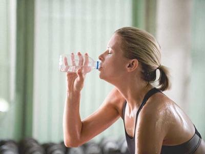3526 Woman sweating and drinking water 732x549 thumbnail 1 732x549 2 홈트 루틴 : 집에서 할 수 있는 운동 4가지